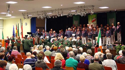 Finale vor vollbesetzten Reihen: Trommlerkorps und Shanty-Chor
